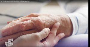 junge Hand hält alte Hand